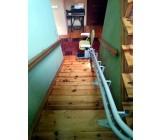 Zaparkowana winda schodowa ALFA na dole schodów