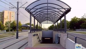 Platformy przyschodowe przy zejściu podziemnym w tunelu przy al. Wyzwolenia w Częstochowie