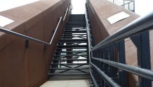 Transport przez schody osób na wózkach