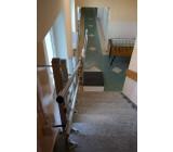 Montaż skośnej platformy schodowej na słupkach samonośnych do stopni schodów