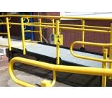 Podjazd malowany na specjalny kolor RAL, wyposażony w dzwonek do przyzwania obsługi