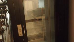 Drzwi jednoskrzydłowe z automatem otwierającym/zamykającym.